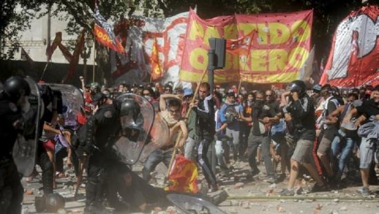 Ordenan detener a dos manifestantes ya un policía motorizado — Incidentes en Congreso