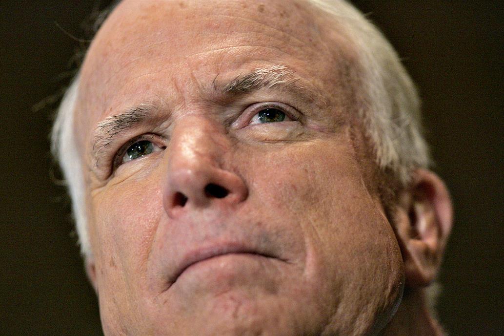 El senador John McCain interrumpe el tratamiento para su cáncer